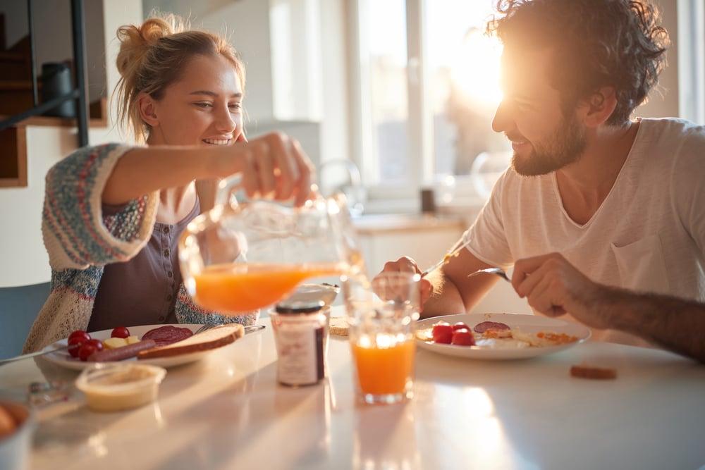 Couple prenant son petit-déjeuner